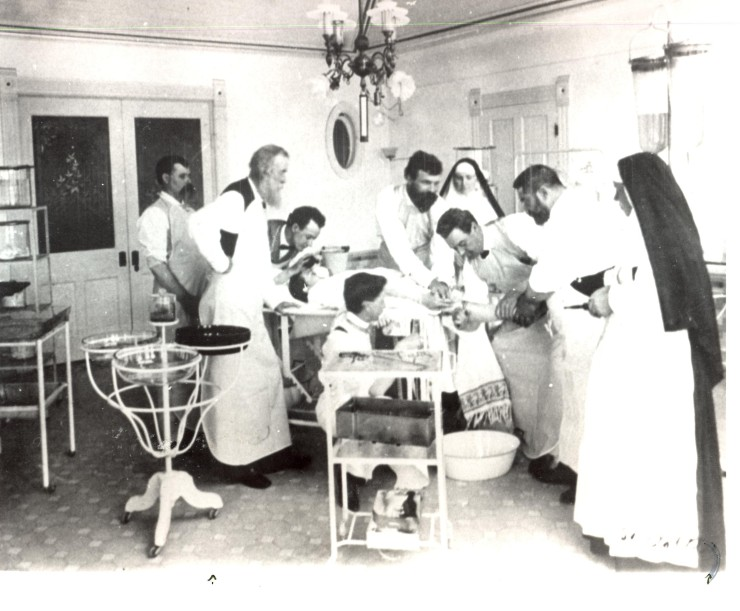 Santa Rosa Operating Room c.1905-1910_EN_photo